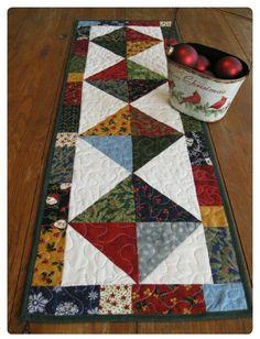 New patchwork quilting patterns fun Ideas Table Runner And Placemats, Table Runner Pattern, Quilted Table Runners, Patchwork Table Runner, Small Quilt Projects, Quilting Projects, Patchwork Patterns, Quilt Patterns, Sewing Patterns