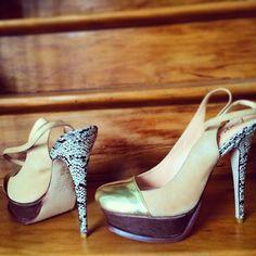 Ponteiras metalizadas são o hit da próxima estação e esse salto lindo? Saltão né? E é da #LuizaBarcelos marca queridinha de várias blogueiras de moda. Aqui no #Brechó #Camarim  #TodoDiaNovidade (em Brechó Camarim)