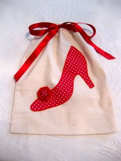 Bolsa para guardar zapatos. Sewing Crafts, Sewing Projects, Projects To Try, Diy And Crafts, Arts And Crafts, Circle Quilts, Glasses Case, Applique Designs, Handmade Bags