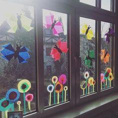 die Schmetterlingsflügel sind Tulpenköpfe the butterfly wings are tulip heads . Diy For Kids, Crafts For Kids, Spring Decoration, Classroom Window, Diy And Crafts, Arts And Crafts, Classroom Decor Themes, Spring Activities, Butterfly Wings