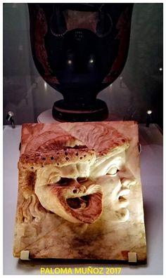 Relieve de mármol.  C. 100-200 DC. Romano. Lugar de hallazdo desconocido. Máscaras cómica y trágica. Marble relief.   C. 100-200 DC. Roman. Place of discovery unknown. Comic and tragic masks.