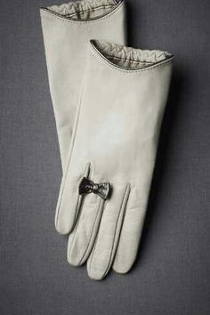 Cream leather gloves with delicate detailing at the wrist and a lovely little bow 'ring' ornamentation.