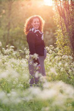 Het koelde flink af aan het eind van de sessie maar we konden nog mooi die allerlaatste zonnestraaltjes meepakken. Een prachtige vrouw staat hier in prachtig zacht licht. Zwangerschapsfotografie | Maternity | Pregnancy | Photo shoot | Groningen |Zwangerschapsfotograaf |Pose |Golden hour | Natural light