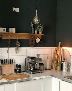 Küche in Weiß-, Schwarz und Brauntönen - DIY-Messerhalter, wie einfach er nachzumachen ist, erfahrt ihr auf dem Blog 170qm.com