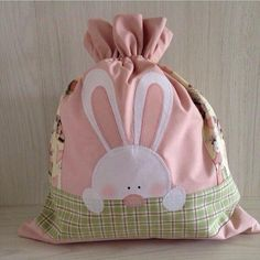 Easter bunny gift bag with drawstring Easter Projects, Easter Crafts, Lingerie Petite, Sacs Tote Bags, Quilted Bag, Fabric Bags, Kids Bags, Spring Crafts, Baby Sewing