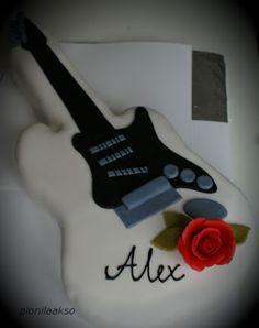 Axelin rippijuhlia vietettiin viime viikonloppuna. Toiveena oli kitaran mallinen kakku. Minähän olen tunnteusti ihan haka näissä mu...