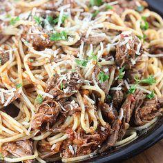 Slow Cooker Beef Ragu @keyingredient #slowcooker #tomatoes #bread