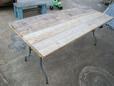 I decided to build the new surfaces using dismantled planks from old wooden pallets. At the end of the process, a folding table was reborn with a beautiful wooden surface, much heavier than the original bu… Folding Table Diy, Diy Table, Do It Yourself Furniture, Diy Furniture, Furniture Chairs, Refurbished Furniture, Painted Furniture, Outdoor Furniture, Wooden Pallets