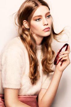 O estilista que já é sinônimo de estilo e bom gosto no mundo da moda, agora acaba de lançar uma linha de produtos de beleza, contando com uma ampla variedade de opções que incluem desde batons, paleta de sombras, delineadores, entre outras opções.