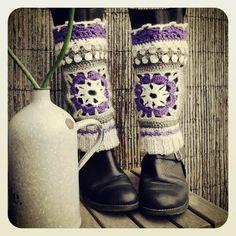Granny square boot covers and ponchos. Crochet Boot Cuffs, Crochet Boots, Crochet Gloves, Crochet Slippers, Knit Crochet, Crochet Granny, Easy Crochet, Crochet World, Crochet Designs