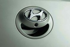 Kamera cofania  i20 jest jednym z niewielu samochodów w swojej klasie oferujących w opcji kamerę cofania. Ukryta pod logo Hyundaia, dostarcza panoramiczny obraz, który może być łączony z czujnikami parkowania dla pełnego bezpieczeństwa podczas cofania.