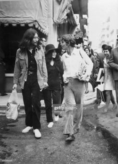 Musician John Lennon strolls with his wife Yoko Ono and his Greek host, Alexis Mardas during a tour of Athens' shops while visting Greece. Get premium, high resolution news photos at Getty Images John Lennon Yoko Ono, The Fab Four, Video Site, Music Icon, Rare Photos, Jet Set, The Beatles, Documentaries, Couple Photos
