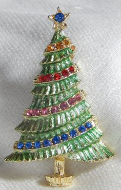 Enchanting Retro B. (Beatrix) Christmas Tree Pin Brooch - Green enamel & Rhinestones by GreatPretenders on Etsy Old Fashion Christmas Tree, Retro Christmas Tree, Christmas Barbie, Jewelry Christmas Tree, Jewelry Tree, Christmas Signs, Xmas Tree, Jewelry Crafts, Christmas Time
