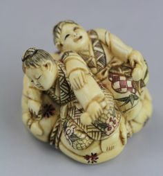 An Antique Ivory Netsuke: Figures : Lot 133
