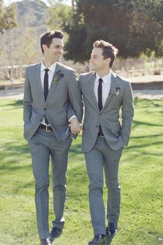 Today we will get inspired by the hottest groom looks for gay marriages. Gays are known for their attention to detail, great sense of style and chic outfits . Lgbt Wedding, Wedding Suits, Wedding Groom, Pac Man, Gay Lindo, Gay Romance, Travel Photographie, Groom Looks, Cute Gay Couples