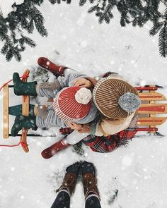this photo officially has us in the Christmas spirit! Christmas Time Is Here, Christmas Mood, Merry Little Christmas, Christmas Photos, All Things Christmas, Xmas, Minimal Christmas, Christmas Gifts, Natural Christmas