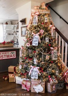 Farm Sweet Farm A Modern Farmhouse Christmas Tree for 2018 I am SO in love with this tree! Farm Sweet Farm A Modern Farmhouse Christmas Tree for 2018 Source by trendytree Country Christmas Trees, Farmhouse Christmas Decor, Christmas Tree Themes, Noel Christmas, Outdoor Christmas, Christmas Wreaths, Holiday Decor, Farmhouse Decor, Christmas Ideas