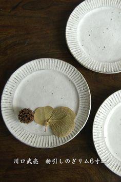 ... 粉引しのぎリム6寸皿. 作家もの和食器の店 -うつわ ももふく- blog 作家の作る Momofuku, Easy Peasy, Pottery, Plates, Dishes, Tableware, Ceramica, Licence Plates, Dinnerware