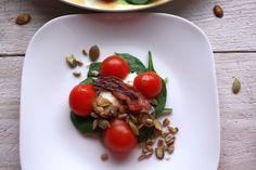 Wiosenna sałata ze szpinakiem i winegretem czosnkowo-miodowym