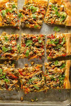 Vegan Thai Chickpea Pizza with Sweet Potato Peanut Sauce Bean Recipes, Pizza Recipes, Whole Food Recipes, Dinner Recipes, Donut Recipes, Yummy Recipes, Vegetarian Pizza Recipe, Healthy Pizza, Healthy Eats