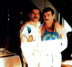 Everyone knows about Freddie Mercury, the flamboyant singer of Queen, but fewer folks know about his longterm boyfriend, Jim Hutton, and their relationship. Queen Freddie Mercury, Jim Hutton Freddie Mercury, Flirting Humor, Flirting Quotes, Rare Pictures, Rare Photos, Freddie Mercury Boyfriend, Freedie Mercury, King Of Queens