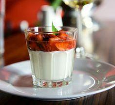 Jogurtový krém čerstvou vanilkou a marinovanými jahodami
