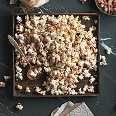 Sweet and smoky kettle corn - Chatelaine Spicy Popcorn, Sweet Popcorn, Popcorn Recipes, Snack Recipes, Popcorn Kernels, Chatelaine Recipes, Perfect Popcorn, Kettle Corn, Savory Snacks