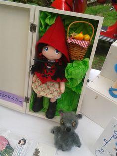 Muñeca Caperucita, cosida y pintada a mano. Acompañada del lobo tambien cosido y pintado a mano. Ropa y calzado hechos a mano, se pueden quitar y poner