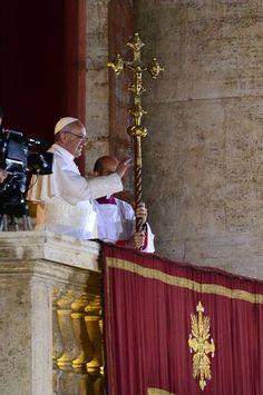 El papa Francisco I impone, por primera vez como Sumo Pontífice, la bendición 'urbi et orbi' a los presentes en la plaza de San Pedro del Vaticano.   Perfil del papa Francisco: http://www.rtve.es/n/616880.shtml