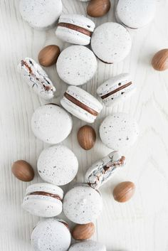 Creme egg macarons - a favourite easter treat, transformed into a macaron. A speckled vanilla bean shell is sandwiched with a rich creme egg ganache treats eggs Creme Egg Macarons — Cloudy Kitchen Mini Eggs Cookies, Easter Cookies, Easter Treats, Macaron Nutella, Macaron Template, Delicious Desserts, Dessert Recipes, Cookie Recipes, Macaroon Cookies