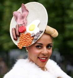The Royal Ascot is an annual five-day horse-race held on a course outside of London, where many visitors dress unusual outfits and awkward over-the-top hats. Check funniest hats of the Royal Ascot. Crazy Hat Day, Crazy Hats, Royal Ascot Hats, Funny Hats, Silly Hats, Fashion Fail, Races Fashion, Love Hat, Derby Hats