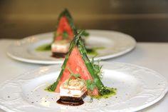 Pyramide von der Wassermelone mit Spargelspitzen.