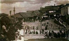 Soldaki vatandaşlar Esenparkın duvarında bekliyorlar.Karşıdaki Kurşunlu Camii. Yukarıda Ulus İlk Meclis İlkokulu.