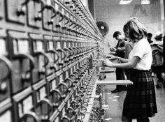 Students check card catalogs at a Chicago public library in Technology has changed the library experience, but its heart remains books. Little Free Libraries, Free Library, Library Ideas, Vatican Library, Dewey Decimal System, Library Humor, Librarian Chic, White City, Chicago Tribune
