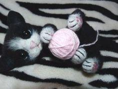 Валяем милого играющего котёнка. Ярмарка Мастеров - ручная работа, handmade. Doll Face Paint, Dinosaur Pattern, Needle Felting, Crochet, Inspiration, Diy, Cats, Dressmaking, Projects