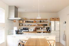 """こんなふうにお洒落なキッチンウェアを「飾って収納」すると、お部屋がとっても温かい雰囲気になりますよね。オープンシェルフがあるキッチンなら、ぜひこだわりの道具類を""""見せる収納""""にシフトしませんか?住む人も訪れる人も心がほっと和む、そんな素敵な空間演出もできますよ♪"""