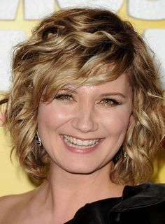 Wavy short hair - Jennifer Nettles - I like the strong bang and that it's not an inverted bob Curly Bangs, Short Wavy Hair, Curly Hair Styles, Pixie Styles, Thick Hair, Bob Hairstyles With Bangs, Cool Hairstyles, Hairstyles 2018, Short Haircuts