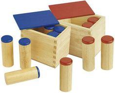 Das Material besteht aus zwei Holzkästen mit je sechs Holzdosen. Ein Satz hat blaue Deckel, der andere rote. Die Dosen sind mit unterschiedlichen Materialien gefüllt, die beim Schütteln verschiedene Geräusche machen. In jedem Satz ist eine Dose mit einer des anderen Satzes identisch.