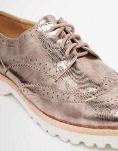 Imagen 2 de Zapatos planos estilo Oxford con suela gruesa en dorado rosa de Glamorous