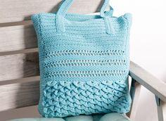Eine tolle gehäkelte Tasche mit einem Muster aus Luftmaschen, festen Maschen und Stäbchen. Das untere Drittel wird im dekorativen Krokodilmuster gehäkelt.