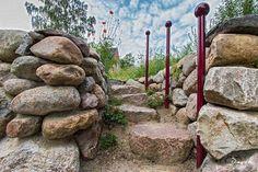 """Ein """"Friesenwall"""" ist eine aus runden Findlingen aufgeschichtete Trockenmauer. (Naturgarten Naturgartenexkursion wildlife garden dry wall)"""