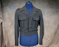 Eisenhower Cropped Military Jacket 36R, Olive Green Army Coat. Super boho. Goes great with jeans and t-shirt.
