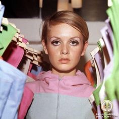Photo of British (English) fashion model Twiggy Lawson. 60s Fashion Trends, Sixties Fashion, Mod Fashion, Fashion Models, Vintage Fashion, Vintage Vogue, London Fashion, Hijab Fashion, Fashion Styles