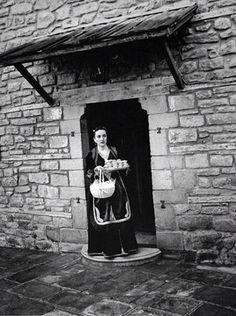 Γάμος στο Μέτσοβο. Λεύκωμα: ΜΕΤΣΟΒΟ. ΚΩΣΤΑΣ ΜΠΑΛΑΦΑΣ Greek Traditional Dress, Great Photographers, My Dream, Greece, Nostalgia, Folk, The Past, Around The Worlds, Black And White