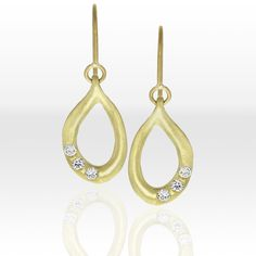 Looking for a shorter earring, but love the look of the links in our longer Slinky Link earrings? These shorter versions are great for every day and featuring three, 2.2mm full-cut white diamonds on each. Show here in 18k green gold, they're also available in yellow and rose gold. #LisaDesCampsJewelry #GreenGold #LoveGold #GoldenEarrings