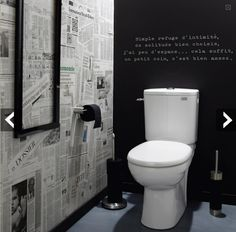 Déco WC tendance papier peint effet journaux peinture tableau noir WC decoration idea with wallpaper newspaper version and chalkboard paint for a black and white atmosphere in the toilet. Home decoration and wallpaper Leroy Merlin Estilo Interior, Room Interior, Interior Design Living Room, Casa Top, Toilette Design, Deco Cool, Downstairs Toilet, New Toilet, Toilet Wall