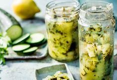 Zwiebel schälen und fein würfeln. Öl in einer Pfanneerhitzen und die Zwiebel darin glasig anschwitzen. Gurkefein würfeln. Apfel schälen, entkernen und ebenfalls feinwürfeln. Gurke und Apfel ... Pickles, Cucumber, Zucchini, Vegetables, Dips, Dressing, Food, Cilantro, Canning