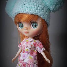 Esta vez quise hacer algo diferente y probé dejarle los ojitos fijos para que pudiese llevar unas pestañas más lindas. El resultado me gustó mucho! *(Mini dress available on my Etsy shop) • • • #Sonydolls #blythedoll #blythe #blytheaday #picoftheday #dollmaker #dollartist #dolls #pbl #petiteblythe #miniblythe #babyblythe #bigeyes #dollphotography #toyphotography #ilovemyjob #handmade #blueeyes #redhead #ブライス #блайз #blythethailand #blythestagram