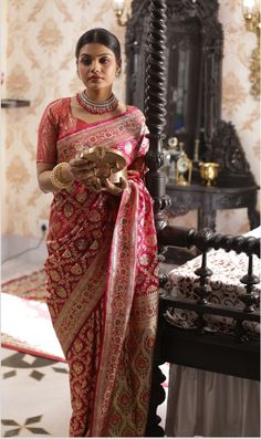 Benarasi sarees have a way of showing their elegance with the complexity of the weave and this particular wedding Benarasi saree is something that you don't want to miss! A beautiful and gorgeous red Benarasi silk saree for your wedding day. Bengali Saree, Indian Bridal Sarees, Bridal Silk Saree, Indian Silk Sarees, Saree Wedding, Indian Lehenga, Bridal Lehenga, Lehenga Choli, Indian Dresses