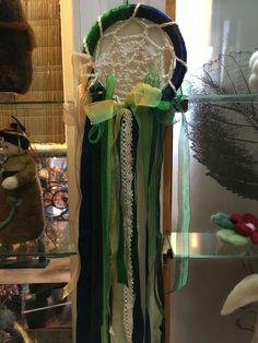 Atrapa sueños de crochet y seda en verde. CLP 15.000 de Tilonka Lanas
